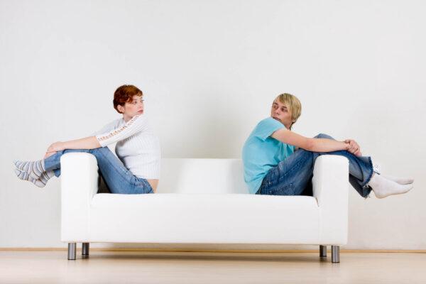 Trennungsberatung – ein Paar sitzt getrennt und sieht sich an